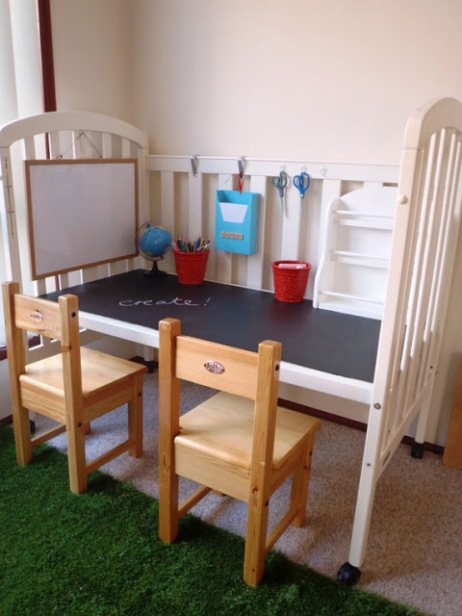 Imagen de http://entrebarrancosdecoracion.blogspot.com.es/2012/01/cuna-convertida-en-escritorio.html